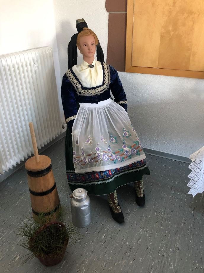 Dame in Tracht